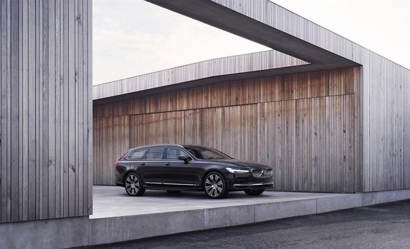 Volvo Cars esittelee uudistetut S90/ V90-mallit ja tuo kevythybridivoimansiirron koko mallistoonsa
