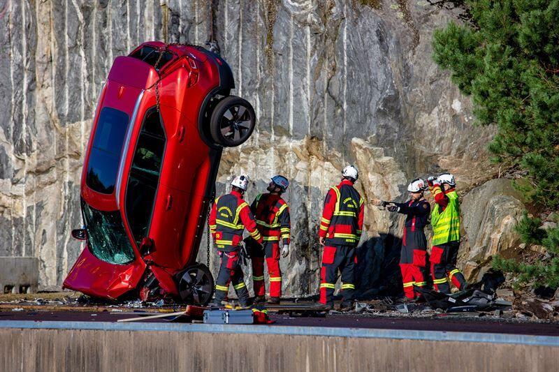 Volvo Cars pudotti uusia autoja 30 metristä pelastustyöntekijöiden koulutusta varten
